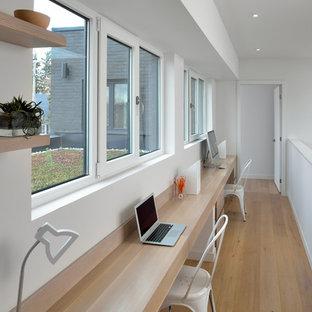 Mittelgroßes Modernes Arbeitszimmer mit weißer Wandfarbe, hellem Holzboden, Einbau-Schreibtisch, Arbeitsplatz und beigem Boden in Toronto