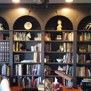 シカゴの中サイズのヴィクトリアン調のおしゃれなホームオフィス・書斎 (ライブラリー、緑の壁、自立型机) の写真