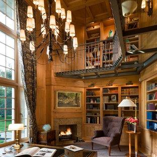 Diseño de despacho tradicional con moqueta, chimenea de esquina y escritorio independiente