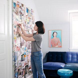 フィラデルフィアの中サイズのエクレクティックスタイルのおしゃれなアトリエ・スタジオ (グレーの壁、無垢フローリング、暖炉なし、自立型机、茶色い床) の写真