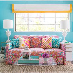 ロサンゼルスの中サイズのエクレクティックスタイルのおしゃれな書斎 (青い壁、クッションフロア、自立型机、茶色い床) の写真