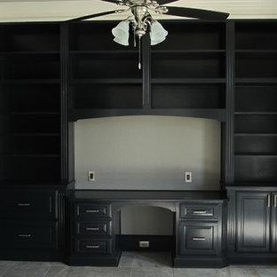 ニューオリンズの中サイズのトラディショナルスタイルのおしゃれな書斎 (グレーの壁、スレートの床、暖炉なし、造り付け机) の写真