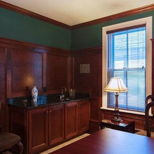 プロビデンスの中サイズのトラディショナルスタイルのおしゃれなホームオフィス・書斎 (緑の壁、暖炉なし、自立型机、ライブラリー、トラバーチンの床、ベージュの床) の写真