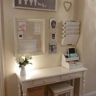 Cette image montre un petit bureau style shabby chic avec un sol en bois clair, aucune cheminée, un bureau indépendant et un mur beige.
