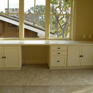 Foto di un ufficio tradizionale di medie dimensioni con pareti gialle, moquette, nessun camino, scrivania incassata e pavimento beige