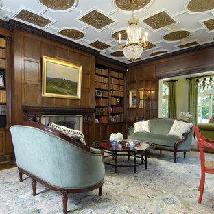Idee per un ampio ufficio vittoriano con pareti marroni, moquette, camino classico, scrivania autoportante e cornice del camino in legno