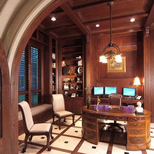 Idee per un ampio ufficio classico con pareti marroni, pavimento in gres porcellanato, nessun camino, scrivania autoportante e pavimento beige
