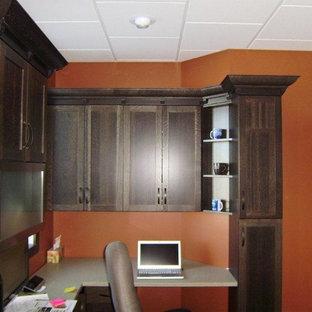 Esempio di un piccolo ufficio design con pareti arancioni e scrivania incassata