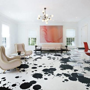 Immagine di un ampio ufficio minimal con pareti bianche, moquette, nessun camino, scrivania autoportante e pavimento multicolore