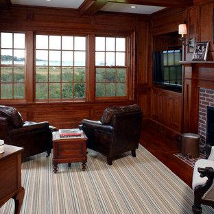 ボストンの中くらいのビーチスタイルのおしゃれな書斎 (茶色い壁、濃色無垢フローリング、標準型暖炉、レンガの暖炉まわり、自立型机) の写真