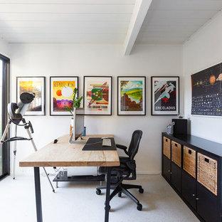 Cette image montre un petit bureau design avec un mur blanc, un bureau indépendant et un sol blanc.