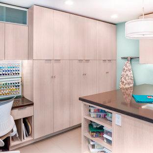 Immagine di una stanza da lavoro design di medie dimensioni con scrivania incassata, pareti blu, pavimento in gres porcellanato, nessun camino e pavimento beige