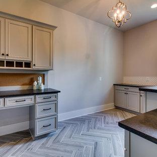 Idée de décoration pour un bureau tradition de taille moyenne avec un mur gris, un sol en vinyl, aucune cheminée et un bureau intégré.