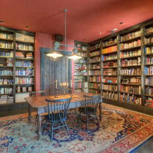 Foto di uno studio con libreria, pareti rosse, parquet scuro, nessun camino e scrivania autoportante