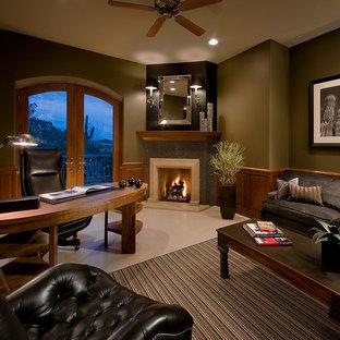 Inredning av ett modernt arbetsrum, med gröna väggar, en öppen hörnspis, en spiselkrans i trä och ett fristående skrivbord