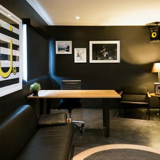 ロサンゼルスの中くらいのエクレクティックスタイルのおしゃれなアトリエ・スタジオ (黒い壁、コンクリートの床、自立型机、黒い床) の写真