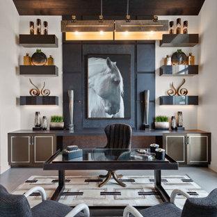 Стильный дизайн: кабинет в современном стиле с белыми стенами, отдельно стоящим рабочим столом, серым полом, сводчатым потолком и деревянным потолком - последний тренд