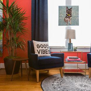 ヒューストンの小さいエクレクティックスタイルのおしゃれな書斎 (赤い壁、無垢フローリング、暖炉なし、自立型机) の写真