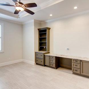 Esempio di un ampio ufficio classico con pareti beige, pavimento in gres porcellanato, nessun camino, scrivania incassata e pavimento beige