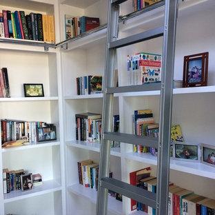 Inspiration för ett mellanstort vintage arbetsrum, med ett bibliotek, vita väggar, ljust trägolv och beiget golv