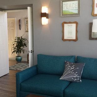 サンディエゴのミッドセンチュリースタイルのおしゃれなホームオフィス・仕事部屋 (グレーの壁、ラミネートの床、自立型机) の写真