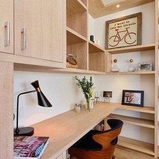 Idee per un piccolo ufficio contemporaneo con pareti bianche, parquet chiaro, scrivania incassata, nessun camino e pavimento beige