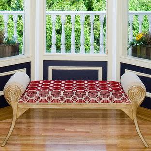 サンフランシスコの中くらいのトラディショナルスタイルのおしゃれなホームオフィス・書斎 (青い壁、淡色無垢フローリング、暖炉なし、自立型机、青い床) の写真