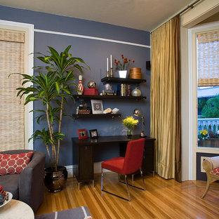 サンフランシスコの中くらいのコンテンポラリースタイルのおしゃれなホームオフィス・書斎 (青い壁、淡色無垢フローリング、暖炉なし、自立型机、青い床) の写真