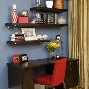 Idées déco pour un petit bureau contemporain avec un mur bleu, un sol en bois brun, un bureau indépendant, aucune cheminée et un sol bleu.