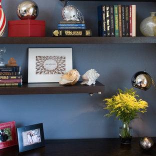 Idee per un piccolo studio moderno con pareti blu, nessun camino e scrivania autoportante