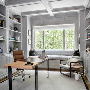 Immagine di un grande studio tradizionale con libreria, pareti bianche e scrivania autoportante