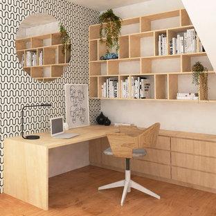 Пример оригинального дизайна: маленькое рабочее место в скандинавском стиле с белыми стенами, светлым паркетным полом, коричневым полом и встроенным рабочим столом