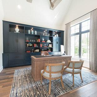 Imagen de despacho marinero, grande, sin chimenea, con paredes blancas, suelo de madera en tonos medios, escritorio independiente y suelo marrón