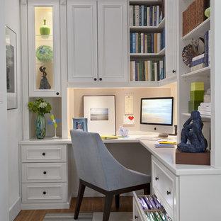Diseño de despacho tradicional, de tamaño medio, con paredes blancas, suelo de madera en tonos medios y escritorio empotrado