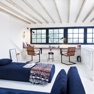 Foto di uno studio eclettico con pareti bianche, pavimento in legno verniciato e scrivania incassata