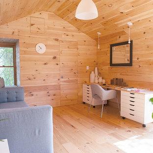 Inspiration pour un petit bureau design de type studio avec un sol en bois clair, aucune cheminée et un bureau indépendant.
