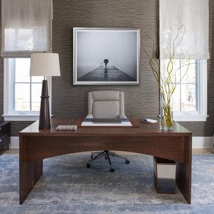ワシントンD.C.の大きいトランジショナルスタイルのおしゃれな書斎 (グレーの壁、淡色無垢フローリング、自立型机、ベージュの床) の写真