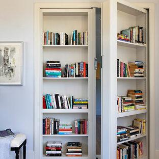 Foto de despacho contemporáneo, de tamaño medio, sin chimenea, con paredes grises, suelo de madera oscura y suelo marrón