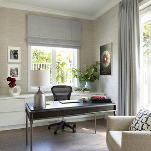 Modelo de despacho contemporáneo, de tamaño medio, sin chimenea, con paredes grises, escritorio independiente, suelo de madera oscura y suelo marrón