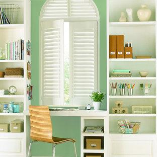 Mittelgroßes Klassisches Arbeitszimmer ohne Kamin mit grüner Wandfarbe, Einbau-Schreibtisch und grünem Boden in Chicago