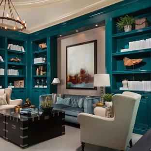 マイアミのビーチスタイルのおしゃれなホームオフィス・書斎 (ベージュの壁、カーペット敷き、自立型机、グレーの床) の写真
