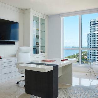 Idee per un grande ufficio minimalista con pareti blu, pavimento in marmo, scrivania autoportante e pavimento beige