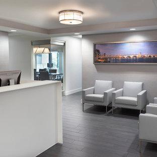 Foto di uno studio minimalista di medie dimensioni con pareti grigie, pavimento in laminato, pavimento grigio, camino lineare Ribbon e scrivania incassata