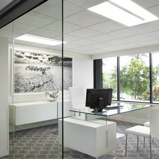 Foto di un grande atelier moderno con pareti bianche, moquette, scrivania autoportante e pavimento multicolore