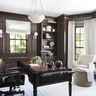 Idee per un ufficio stile marino con pareti marroni, parquet scuro, nessun camino e scrivania autoportante