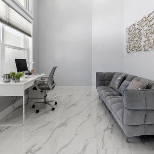 Idées déco pour un bureau bord de mer de taille moyenne avec un mur gris, un sol en marbre, un bureau indépendant et un sol blanc.