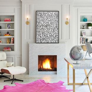 Idéer för att renovera ett funkis hemmabibliotek, med vita väggar, ljust trägolv, en standard öppen spis, en spiselkrans i sten och ett fristående skrivbord