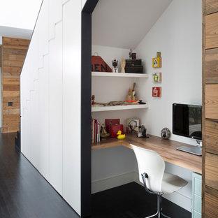 Modelo de despacho contemporáneo, pequeño, con paredes blancas, suelo de madera oscura y escritorio empotrado