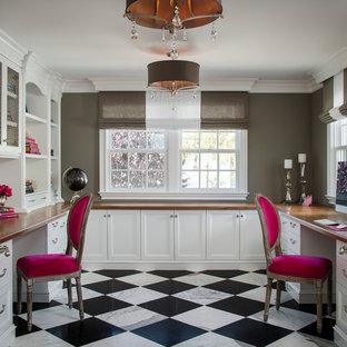 Idee per uno studio tradizionale di medie dimensioni con pavimento in marmo, scrivania incassata, pareti grigie e pavimento multicolore