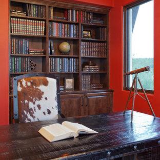 オースティンのサンタフェスタイルのおしゃれなホームオフィス・仕事部屋の写真